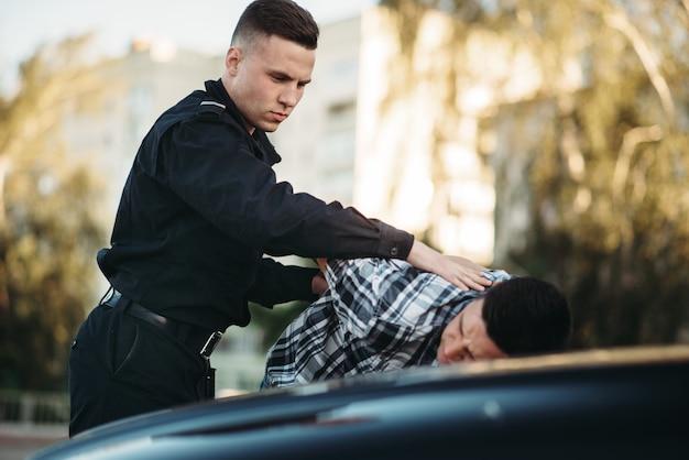 Policjant aresztuje kierowcę, który dopuścił się naruszenia przepisów na drodze