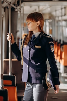 Policjant jedzie tramwajem