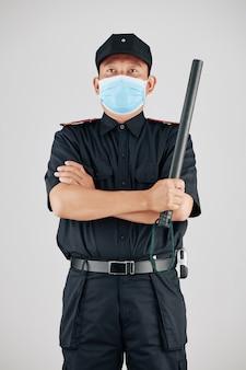 Policjant patrolujący ulice