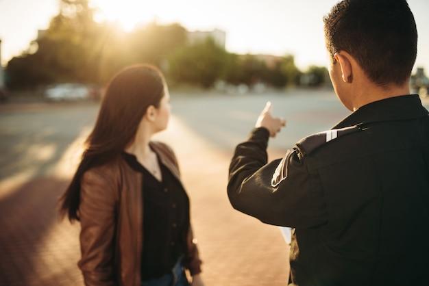Policjant pokazuje kierowcy miejsce parkingowe