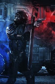Policjant z tarczą balistyczną