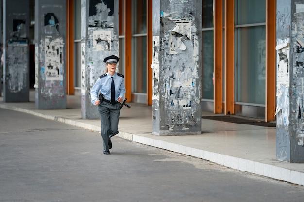Policjantka biegająca ulicami miasta