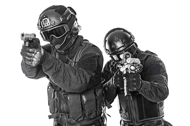 Policyjne siły specjalne z karabinem