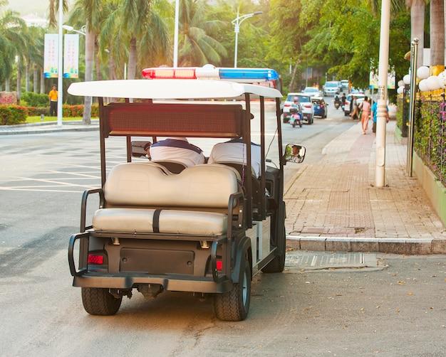 Policyjny samochód elektryczny na ulicy w chinach,
