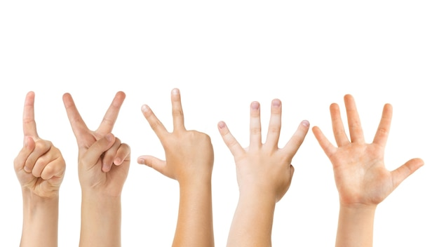 Policz do pięciu. ręce dzieci gestem na białym tle na tle białego studia, miejsce dla reklamy. tłum dzieci gestykuluje. pojęcie czasu dzieciństwa, edukacji, przedszkola i szkoły. znaki i zmysły.