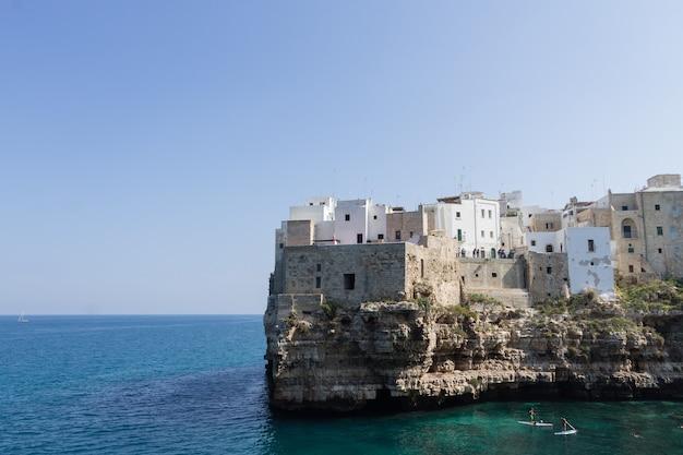 Polignano widok klaczy, apulia, włochy. włoska panorama. klify na adriatyku