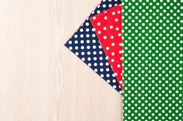 Polka dot tkaniny do szycia i haftu na drewniane tła. widok z góry