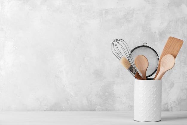 Półka kuchenna z białą nowoczesną zastawą