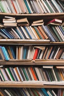 Półka na książki ze starymi książkami.