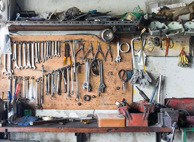 Półka na narzędzia przy ścianie