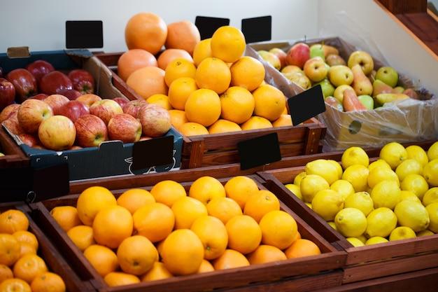 Półka w sklepie warzywnym z różnymi rodzajami owoców