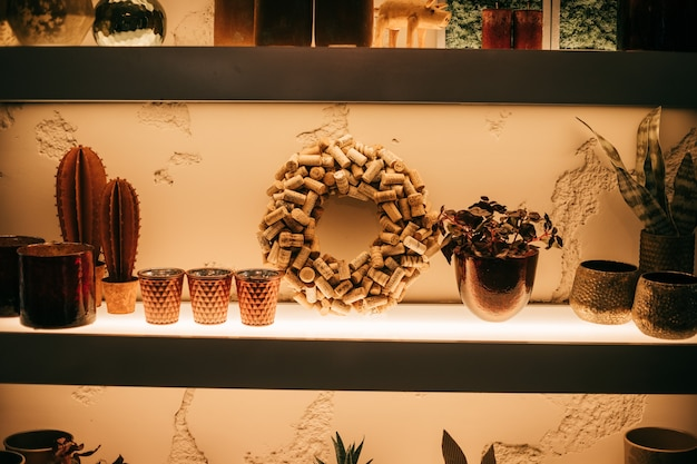 Półka we wnętrzu z dekoracją, wianek z korka