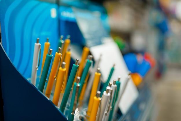 Półka z długopisami w sklepie papierniczym