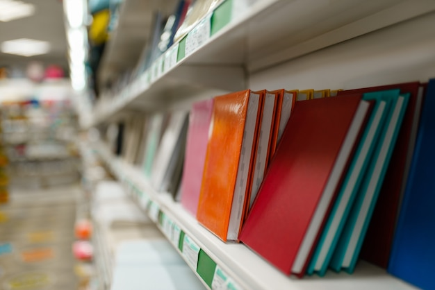 Półka z notatnikami w sklepie papierniczym
