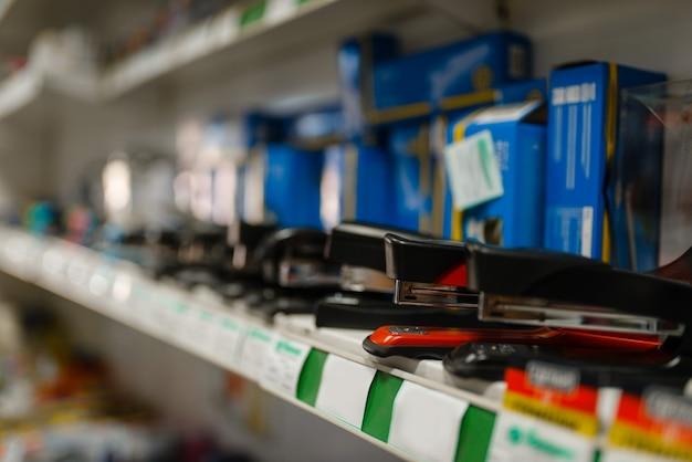 Półka ze zszywaczami w sklepie papierniczym