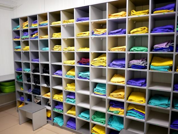 Półki do przechowywania odzieży roboczej pracowników w przedsiębiorstwie