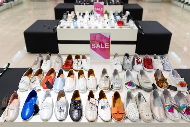 Półki z butami i botkami dla kobiet