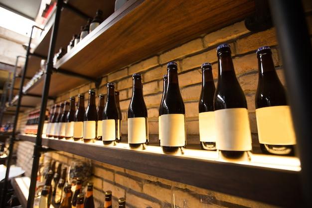 Półki z butelkami w pubie