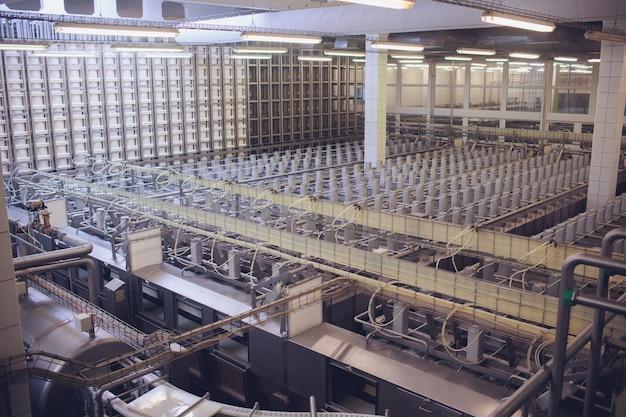 Półki z fabryką sera
