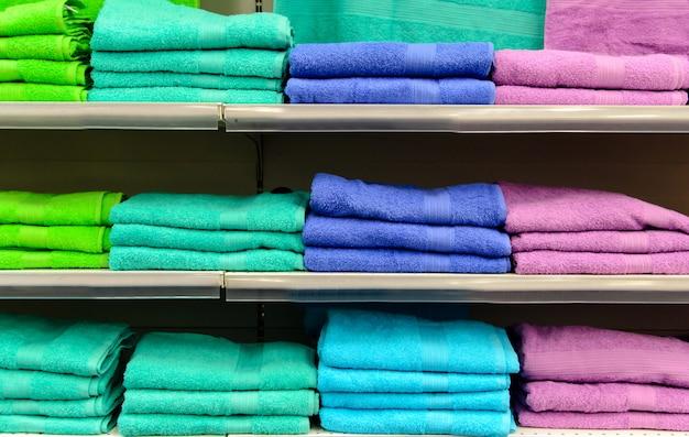 Półki z kolorowymi ręcznikami.
