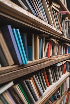 Półki ze starymi kolorowymi książkami.