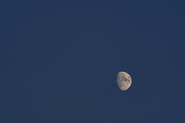 Półksiężyc na ciemnym nocnym niebie