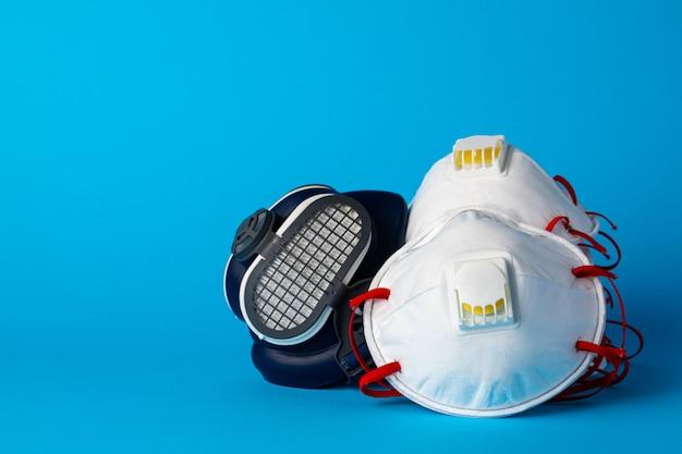 Półmaska respiratora z medyczną maską na twarz. koncepcja ochrony zdrowia