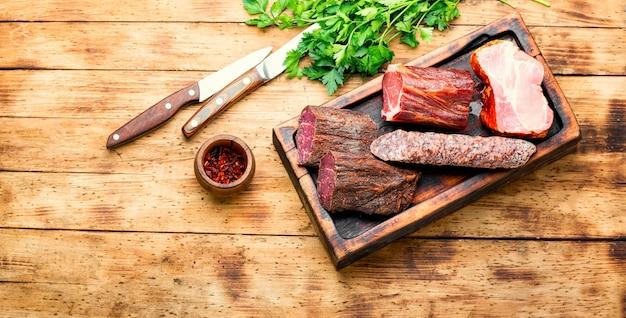 Półmisek hiszpańskich mięs. wędliny i kiełbaski na desce do krojenia