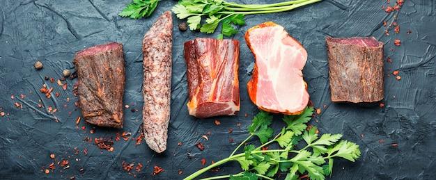 Półmisek mięs włoskich. wędliny i kiełbaski. długi baner