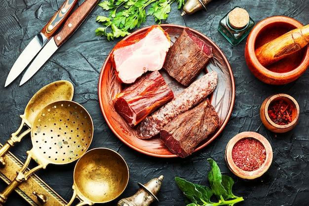 Półmisek mięs włoskich. wędliny i kiełbaski. talerz wędzonych mięs