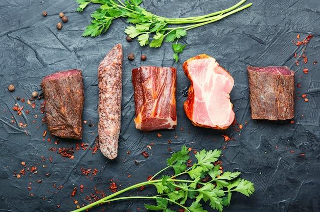 Półmisek mięs włoskich. wędliny i kiełbasy. mięso wędzone