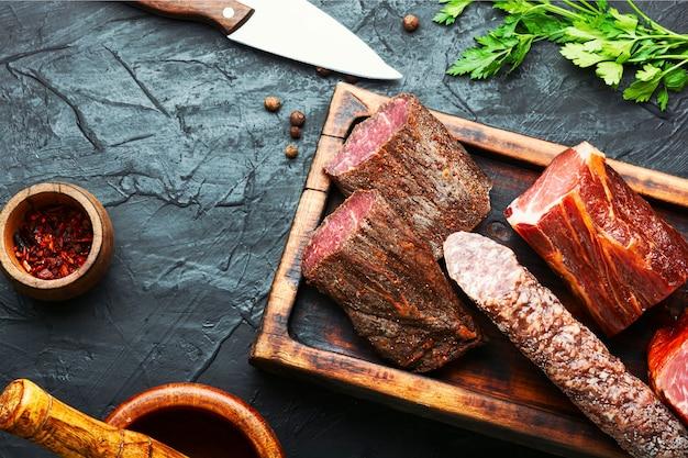 Półmisek mięs włoskich. wędliny i kiełbasy
