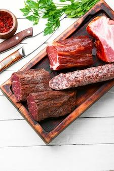 Półmisek mięs włoskich. wędliny i wędliny na białym tle