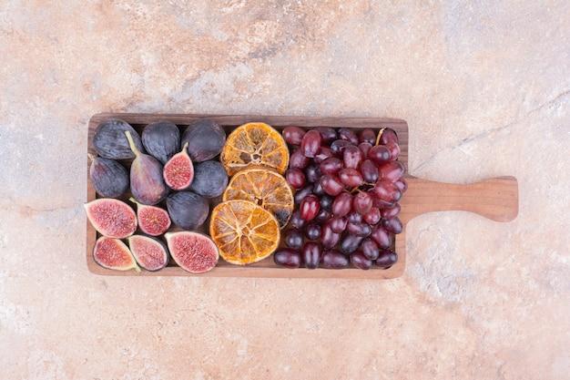 Półmisek owoców z kukurydzą, figami i plastrami pomarańczy