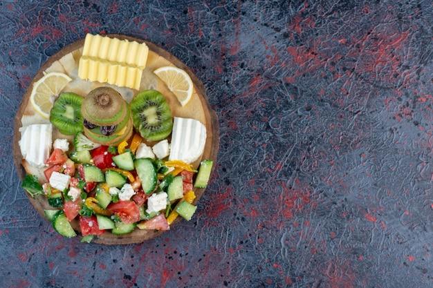 Półmisek sałat z różnorodnymi składnikami.