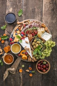 Półmisek serów asortyment smacznych przystawek lub przystawek widok z góry