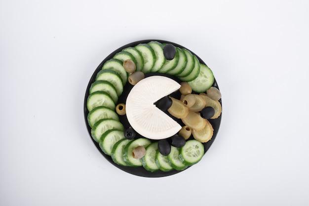 Półmisek serów, ogórków i oliwek. widok z góry