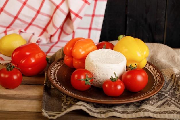 Półmisek serów, pieprzu i pomidorów