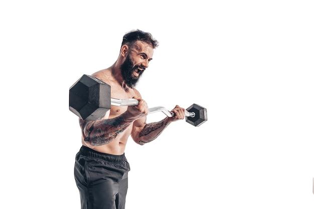 Półnagi atletyczny mężczyzna robi treningi bicepsów ze sztangą na wh