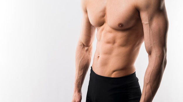 Półnagi lekkoatletycznego mężczyzna pokazując mięśnie ciała
