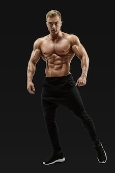 Półnagi model mężczyzna stanowi rdzeń mięśniowy