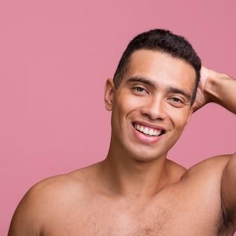 Półnagi przystojny mężczyzna pozuje bez koszuli