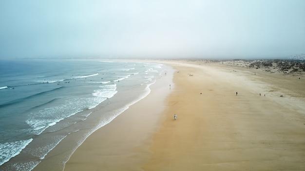 Północ plaża i ocean w nazare portugalia