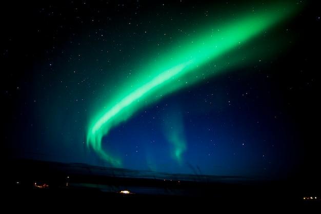 Północne światła w nocy w islandii.