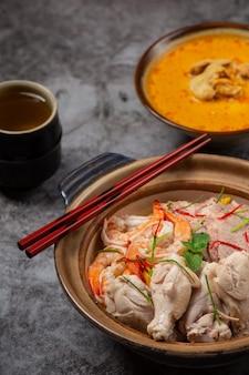 Północno tajskie jedzenie (khao soi ruam), pikantna zupa z makaronem ozdobiona składnikami.
