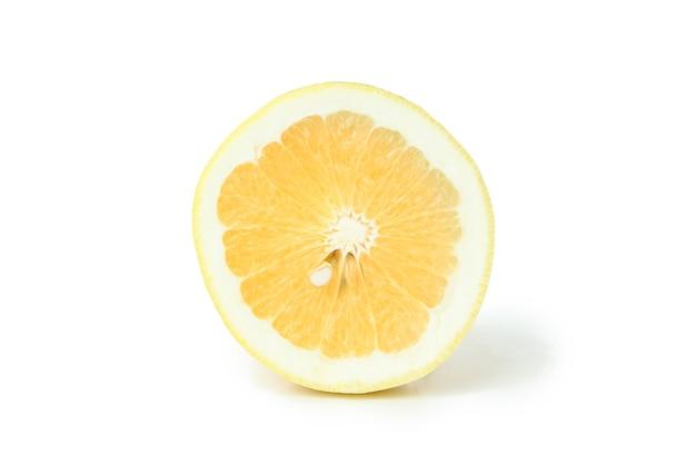 Połowa cytryny na białym tle.