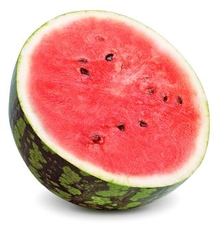 Połowa czerwonego soczystego arbuza obrócona na białym tle