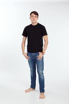 Połowa dorosłego mężczyzny w czarnej koszulce na białym tle