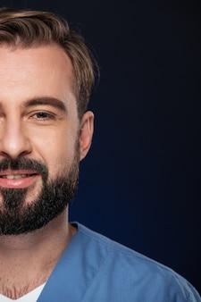 Połowa gubi portret uśmiechniętego mężczyzny lekarza