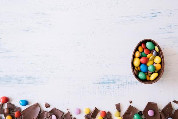 Połowa jajka w pobliżu kawałków czekolady